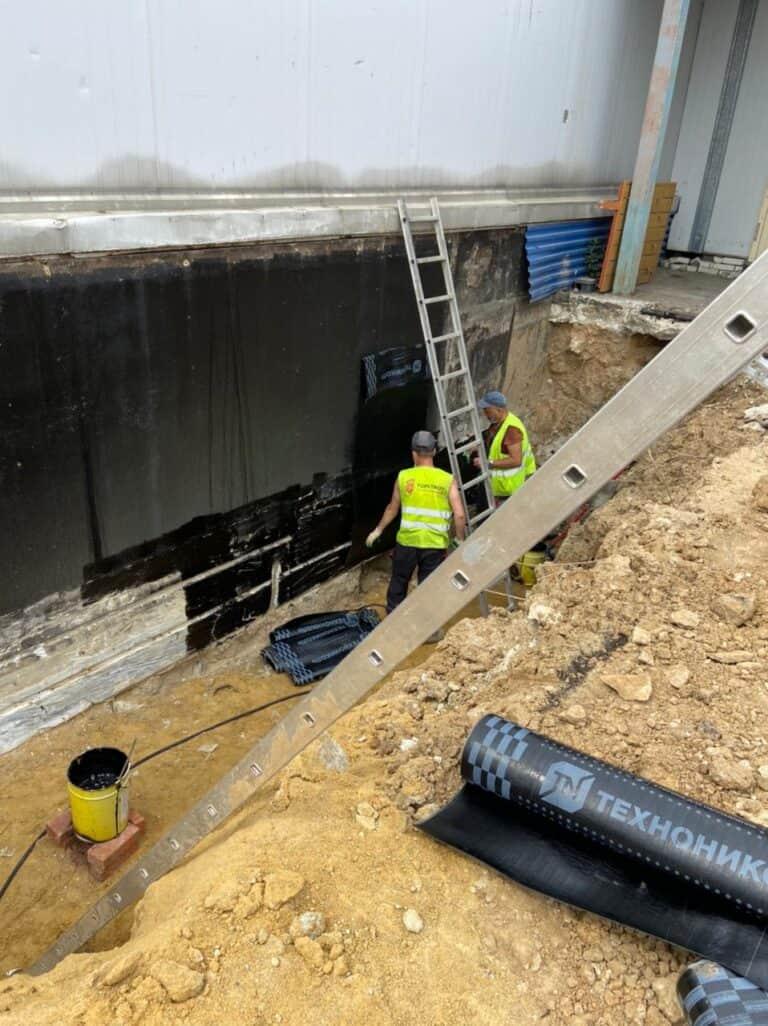 Устройство гидроизоляции наружной стены и дренажа здания — АО «АРХБУМ»